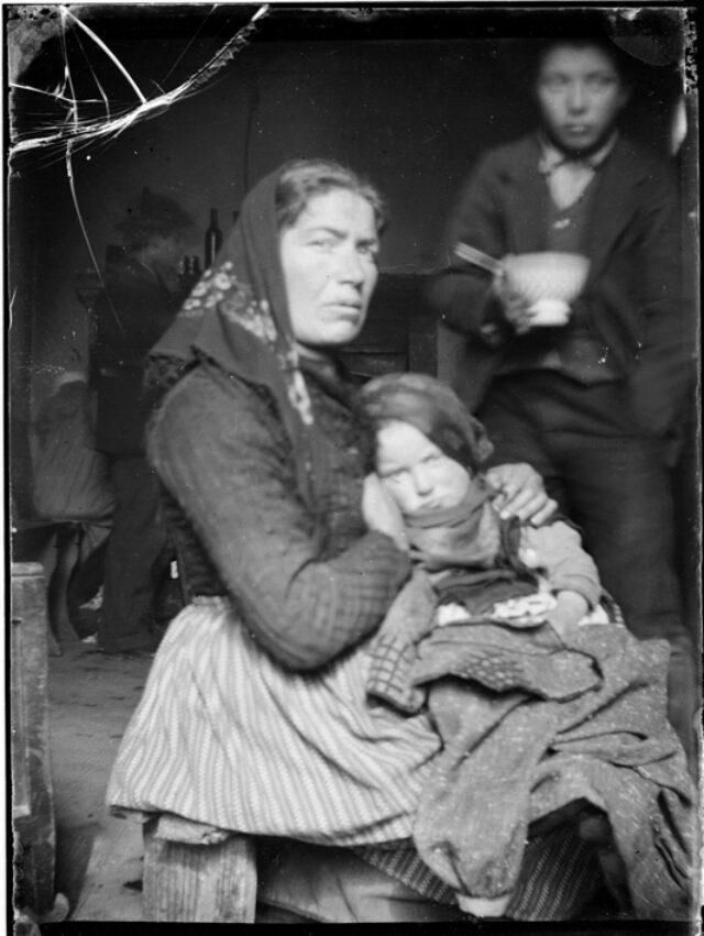 Ritratto di donna con due bambini
