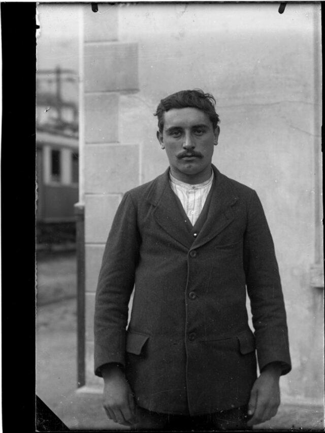 Ritratto di un uomo alla stazione del tram