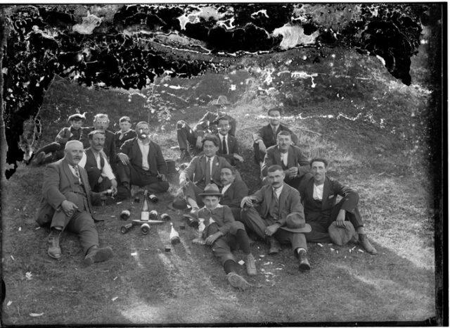Gruppo di uomini all'aperto