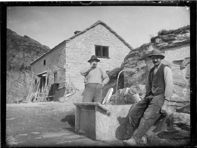 Due uomini davanti alla prima capanna dell'Adula