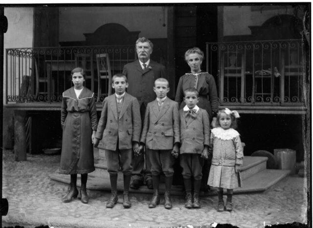 Famiglia davanti alla terrazza di un'osteria