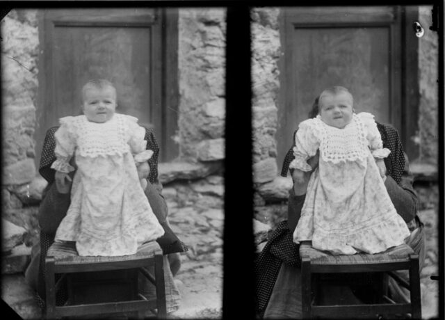 Doppio ritratto di un bimbo in piedi su una sedia; alle sue spalle una donna nascosta lo sorregge