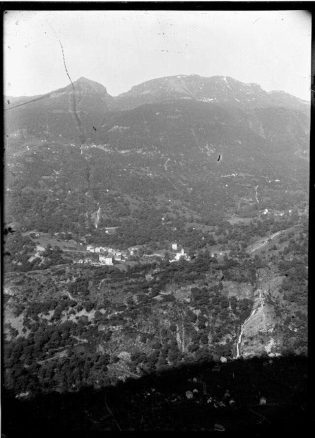 Vista totale di Corzoneso Piano, Corzoneso e montagna