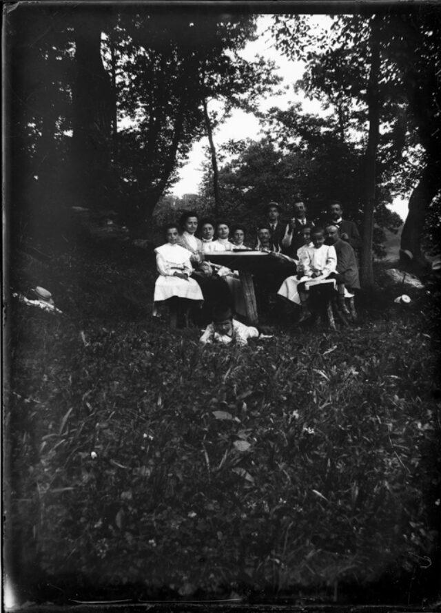 Gruppo di famiglia attorno a un tavolo all'aperto