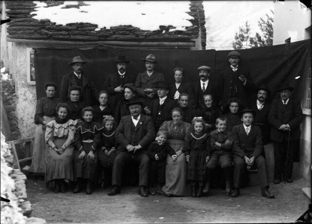 Famiglia Bozzini davanti a un fondale appeso tra le case