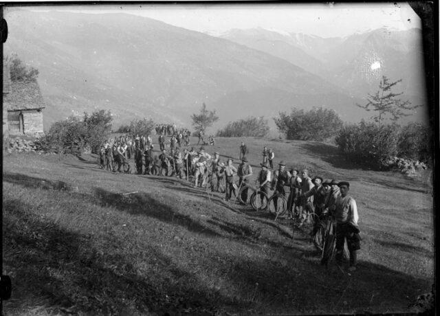 Uomini in fila per il trasporto di una fune da filo a sbalzo