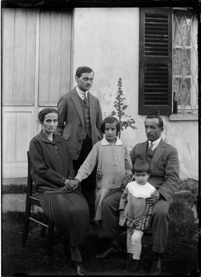 Famiglia Tito Beretta davanti a una casa; da sinistra: Teresa Beretta, Edoardo Gianella, Ines e Delia con il padre Tito