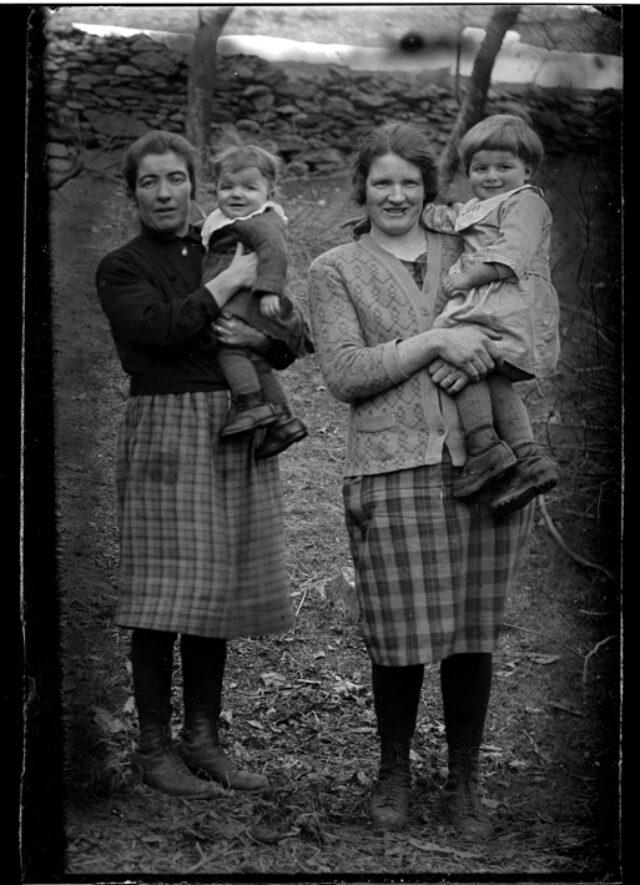 Ritratto di due donne con in braccio due bambine, prima da sin.Teresa Jemini con in braccio Livia Jemini, terza da sin.Clementina Barassa con in braccio Irma Jemini