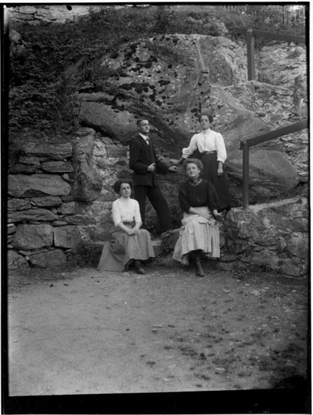 Guido, Emma, Fanny e Luisa Bozzini, Figli di Beatrice Bozzini-Gianella, nel cortile del ristorante posta