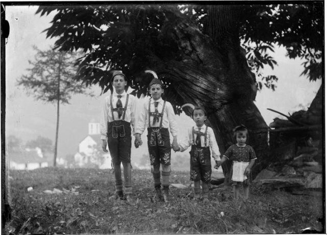 Ritratti di bambini all'aperto vestiti alla tirolese