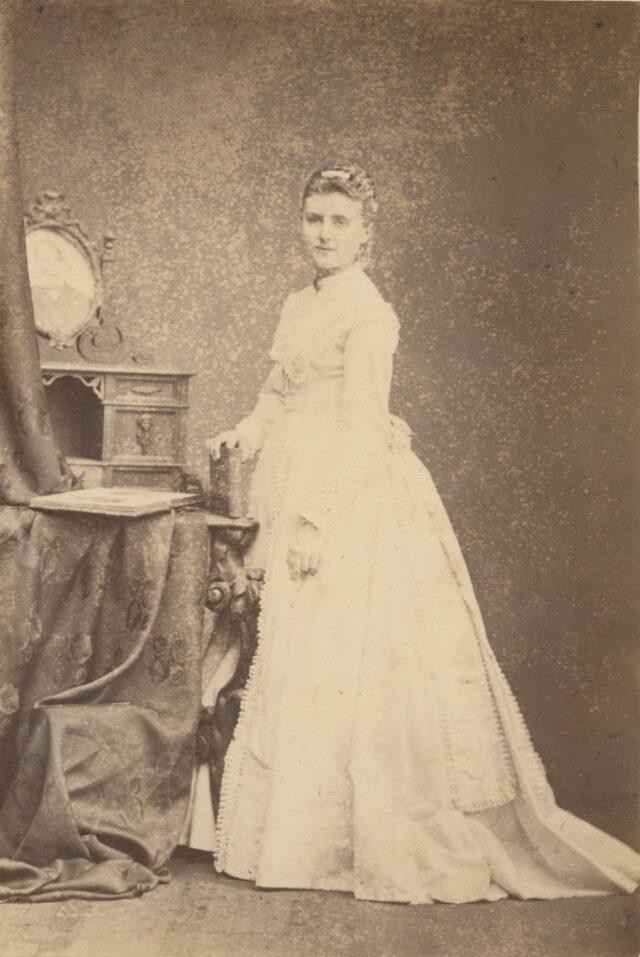 Porträt einer stehenden Frau, 1860er Jahre