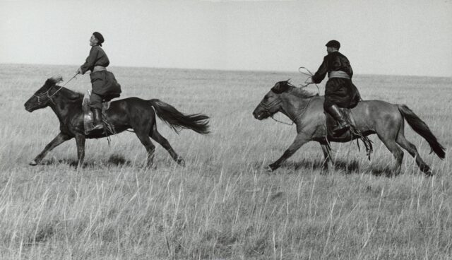 Berittene Mongolen auf dem Erntefest, China, 1964/65