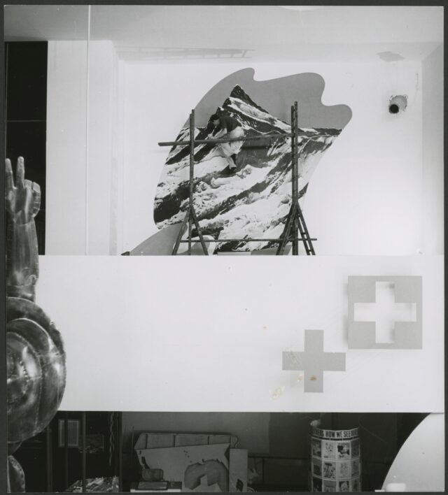Herbert Matter beim Retouchieren einer Fotovergrösserung im Schweizer Pavillon, New York, 1939