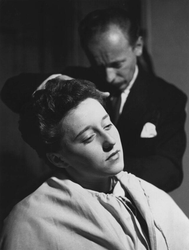 Beim Friseur Fernand Kiefer, Fribourg, um 1952