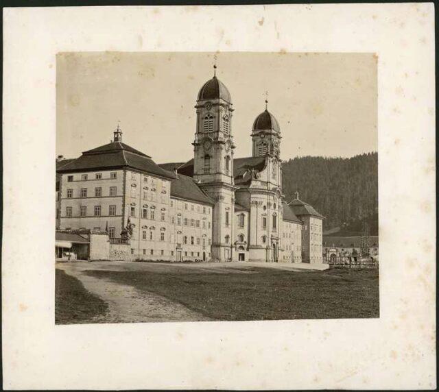 Klosterfront, Klosterplatz