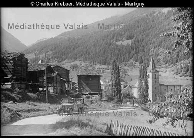 [Car postal à Vissoie, Val d'Anniviers]