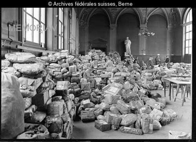 [Paketberg für in der Schweiz internierte Kriegsgefangene in der Aula des städtischen Gymnasium, Feldpost Bern]