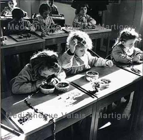 [Enfants fabricant des colliers à Sainte-Jeanne Antide, Martigny]