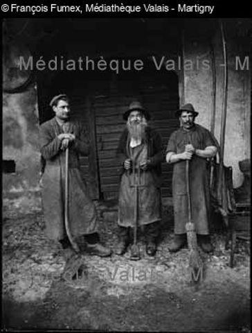 [Trois ouvriers avec leurs outils, Monthey]