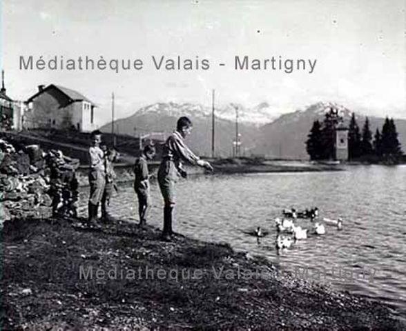 [Enfants au bord de l'étang de Grenon, Montana]