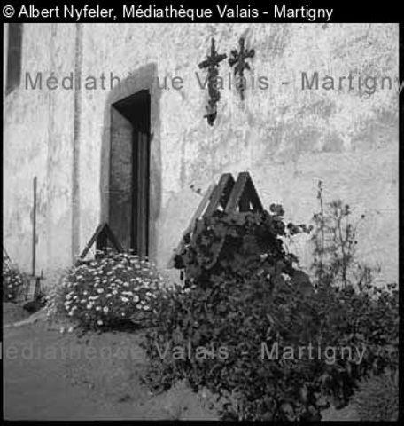 [Bei der kleinen Kirchentüre auf der Südseite, Friedhof KippelLötschental]