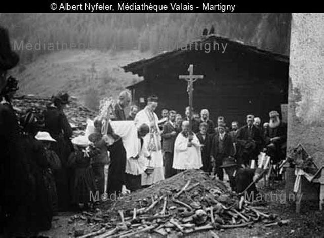 [Begräbnis mit Prior Johann Siegen als Geistlichem (beim Grabender Grube sind Knochen von früher Begrabenen zum Vorschein