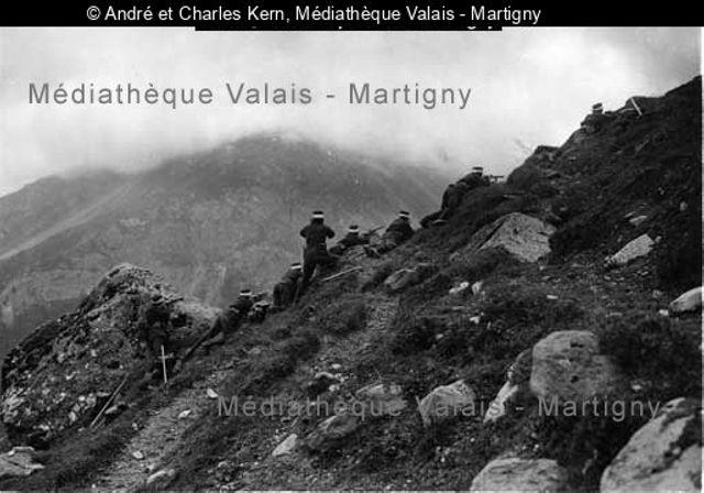 [Soldats à l'exercice au-dessus de Saint-Maurice]