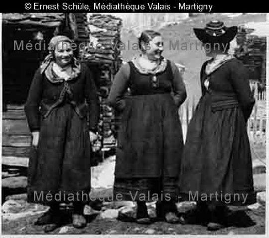 [Trois femmes de Villa (val d'Hérens) en costume]