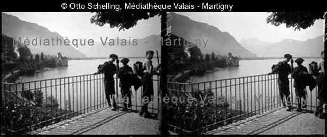 Chillon, [enfants sur une terrasse]