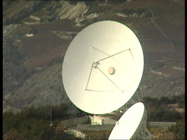 Leitung zum Satelliten / Link to the stellite / Liasion jusqu'à l'satellite