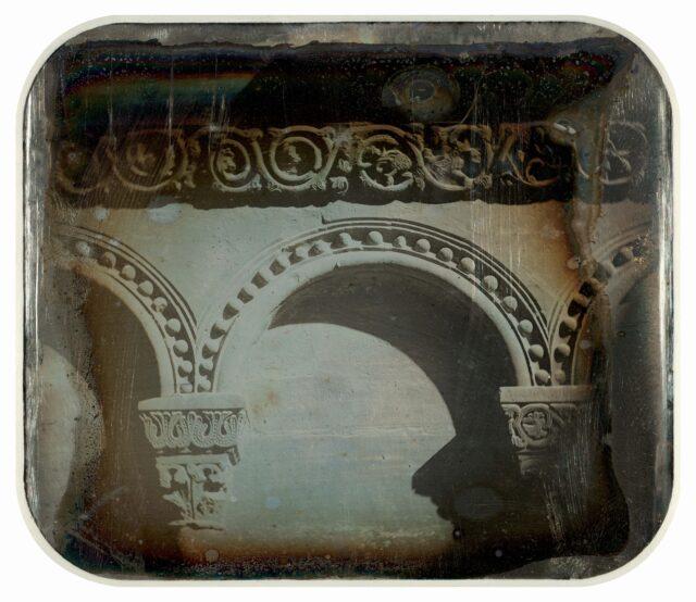Détail d'architecture romane. Cathédrale de Bâle. [Vue inversée]