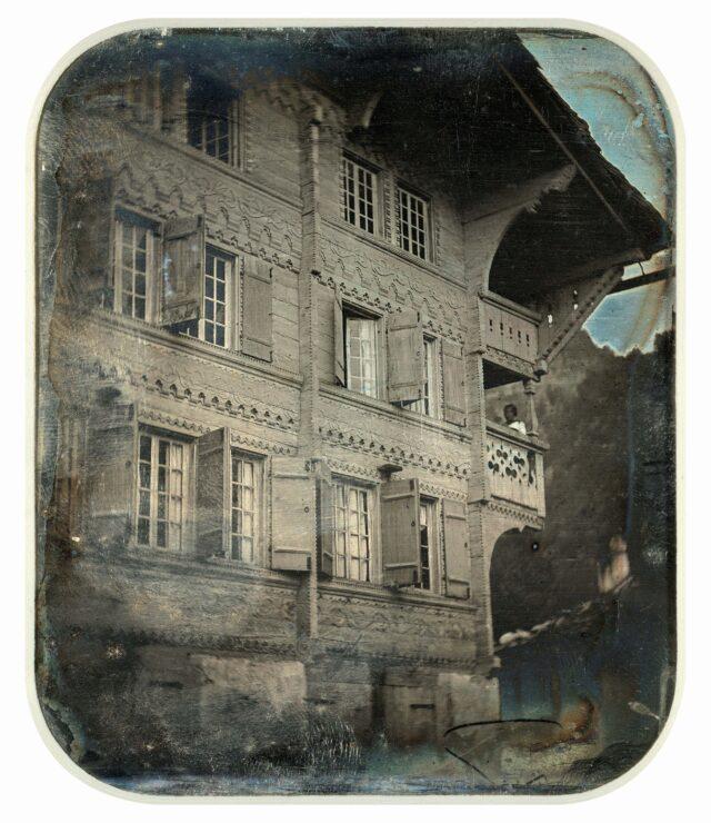 Façade d'une maison située sur l'Obere Gasse, côté est, Meiringen. [Vue inversée]