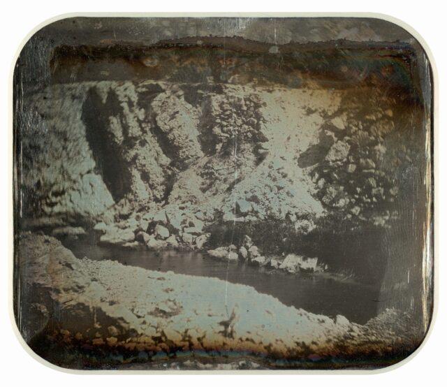 Paysage du Jura bernois avec ruisseau. [Vue inversée]