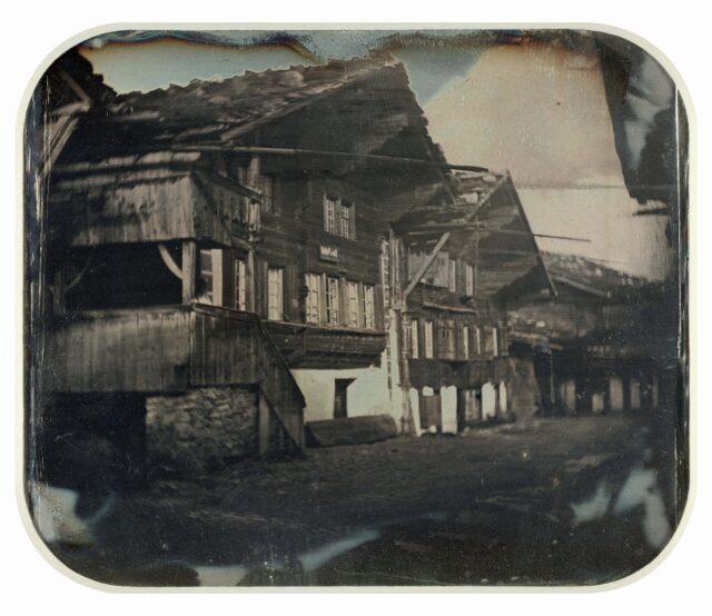 Maisons d'habitation situées sur le côté ouest de l'Obere Gasse, Meiringen. [Vue inversée]