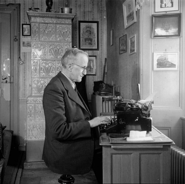 Simon Glasson à la machine à écrire