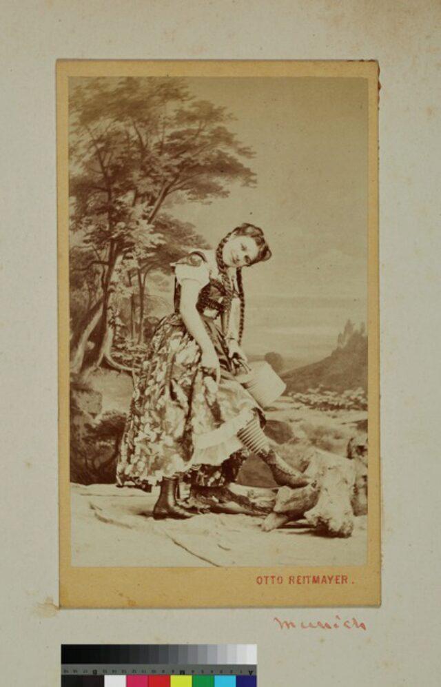 portrait, femme, costume traditionnel (P.2.D.2.09.90.002)