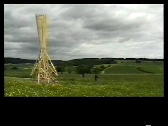 TUT, Eine Brandskulptur geschaffen vom Schweizer Bildhauer Bernhard Luginbühl für eine Verbrennungsaktion auf dem Hohen Karpfen am 30. September 2000