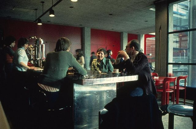 """""""Freizeitanlagen, Gemeinschaftszentren: FZA Loogarten, Zürich, Treffpunkt"""" - Leute sitzen an einer Café-Bar mit Betonwänden; um 1980"""