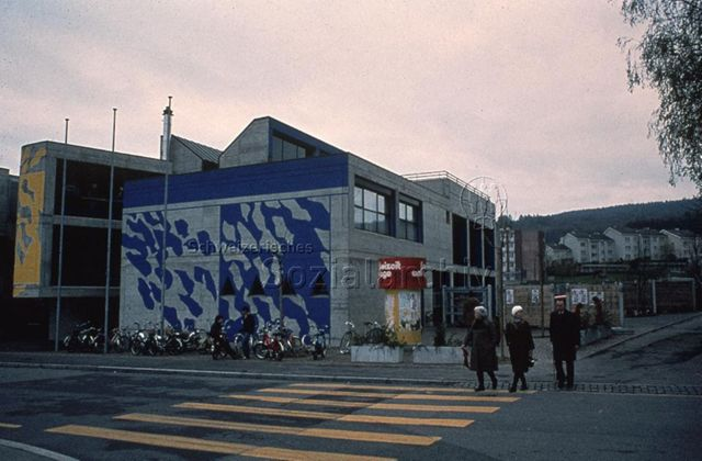 """""""Freizeitanlagen, Gemeinschaftszentren: FZA Loogarten, Zürich"""" - Aussenansicht des Gebäudes, Betonwände, eine Aussenwand ist mit blauer Farbe bemalt; um 1980"""