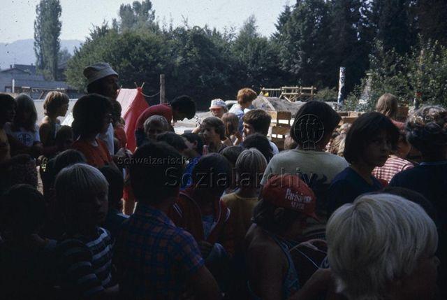 """""""Spielaktion Wohlen"""" - Kinder versammelt auf Spielplatz; 1976"""