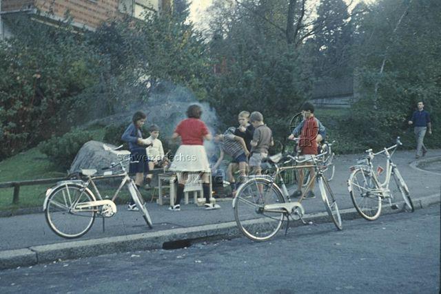 """""""Kinder auf der Strasse"""" - Kinder beim Marronibraten auf dem Gehsteig; um 1975"""