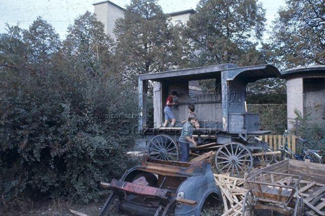 """""""Robinsonspielplatz Volta, Basel"""" - Kinder beim Spielen und Bauen auf ausrangierter Pferdekutsche; um 1975"""