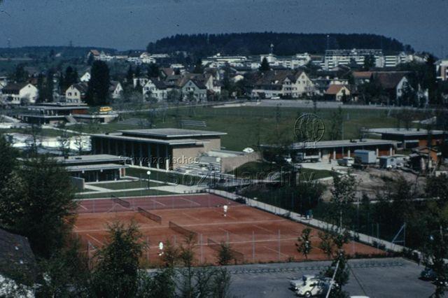 """""""Tennisplatz, Gemeinschaftszentrum Seebach, Zürich"""" - Ansicht der Anlage, hinten links das Freibad; um 1975"""