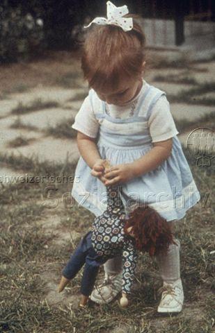 """""""Die Puppe trotzt"""" - Kleines Mädchen beim Spielen; um 1970"""