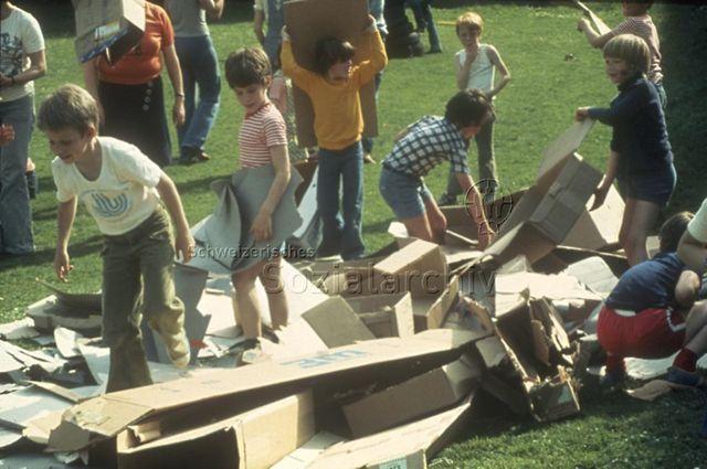 """""""Spielbus Zürich"""" - Kinder beim Spielen mit Kartonkisten; 1977"""