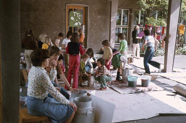 """""""Aktion Thalwil"""" - Kinder färben Stoffe; um 1975"""