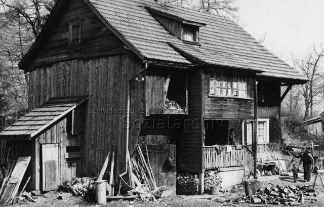 """""""Wohnbausanierung"""" - Aussenansicht eines alten Hauses; um 1970"""