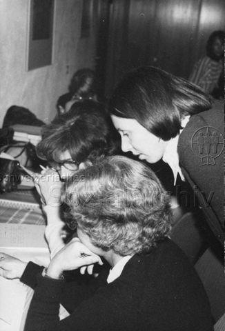 """TZI Kurs Bülach"" - drei Frauen über Notizen gebeugt; 1976"