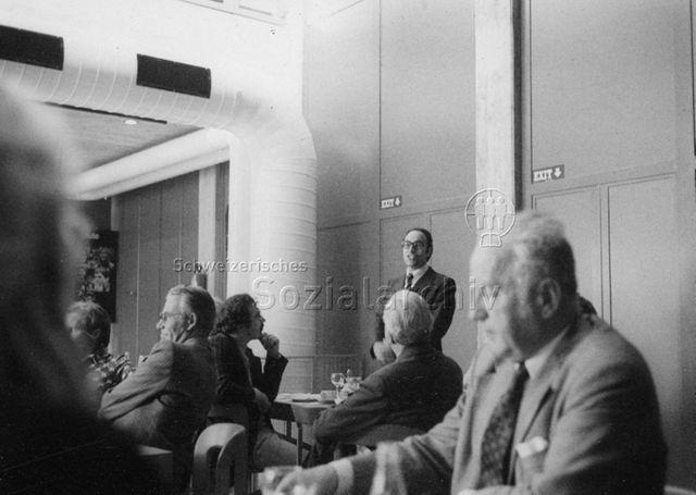 Stiftungsrat, FZA Loogarten - Ein Mann spricht zu den Versammelten; 08.09.1975