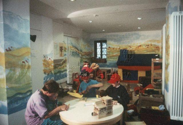 Chesa Spuondas, St. Moritz - Kinder und Aufsichtsperson beim Spielen im Spielzimmer; 2001
